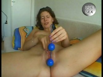 Mature amateur bitch playing her pussy with toys