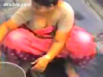 Voyeur Video Of Desi Aunty Cleaning Vessels Flaunts Her Deep Cleavage