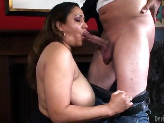 Hot hairy pussy of a fat MILF must be licked gently. Kira B shakes her big body and demonstrates all that she has. Her boyfriend does a cunnilingus af