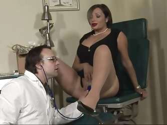 Mature lady Vannah is at her doc for a pussy exam. She takes a sit on the gynecologist table, spreads her superb thighs and gets her pussy checked out