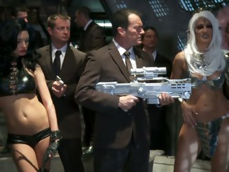 There are so many sexy porn divas in this Men In Black parody. Jessica Drake, Kaylani Lei, Alektra Blue, India Summer and Misty Stone do dirty things