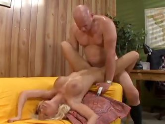 Older dude and young blonde slut get it on