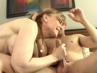 Mature cunt gets entertained by youngster who knows who to fuck