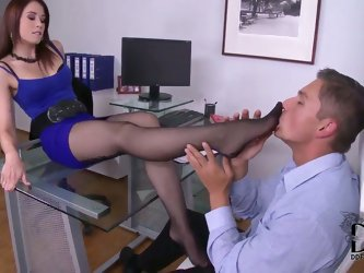 Wanna watch sex in an office with beautiful leggy secretary Minnie Manga and her boss? Then stare at the action where she is going to perform nice foo