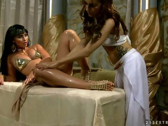 This video is a superb porn with sexy chicks wearing historical costumes. The girl pretends to be Cleopatra and another girl is her slave. They have a